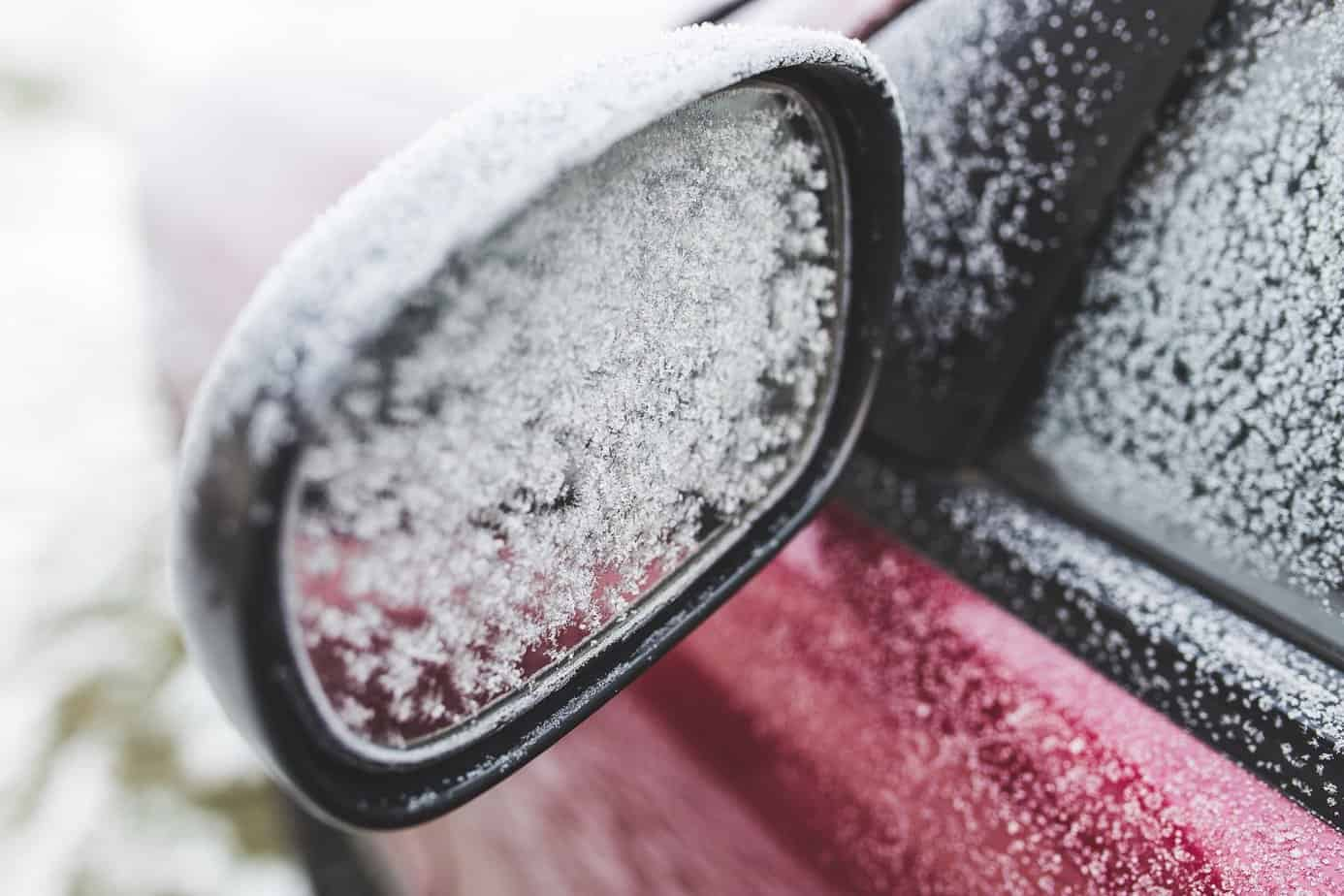 Von Eis bedeckter Seitenspiegel eines Autos
