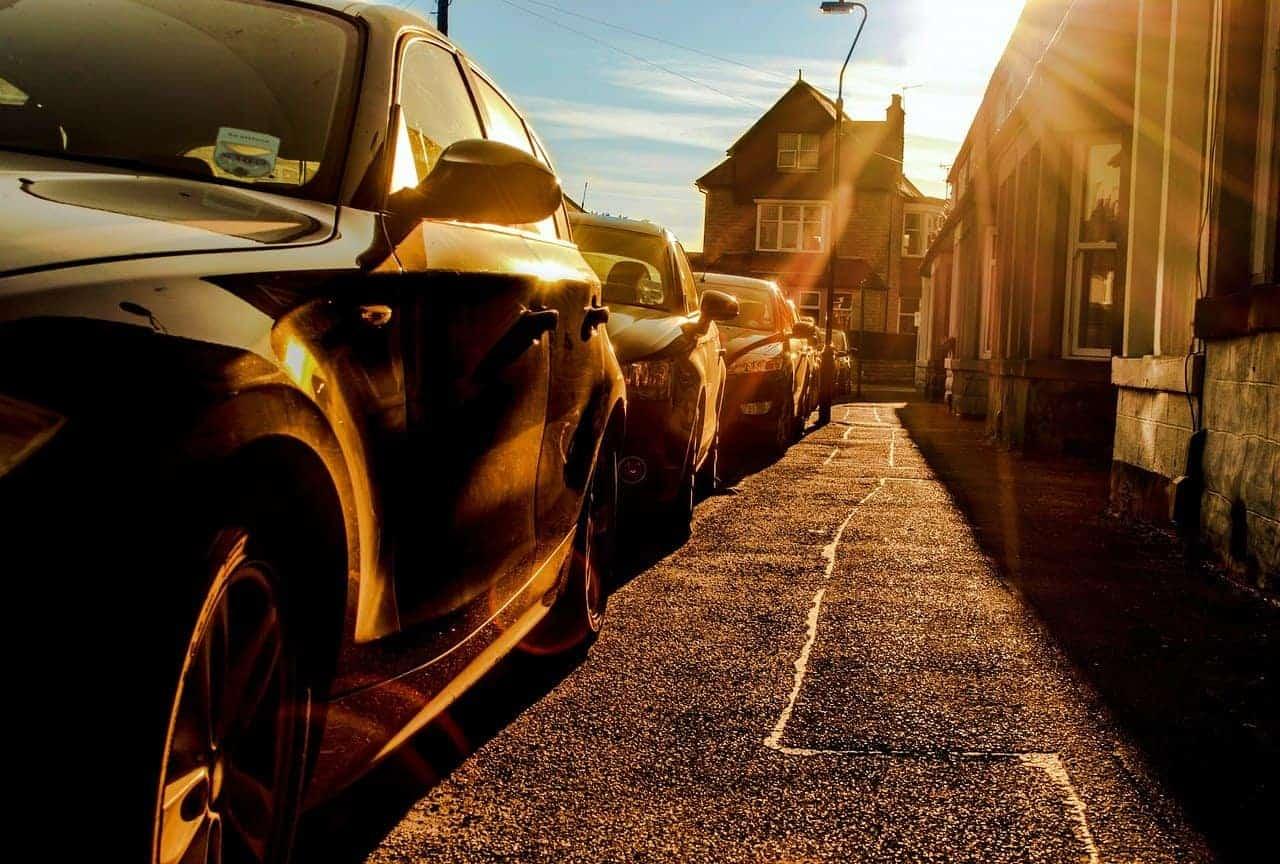 Parkende Autos, die von der Sonne beschienen werden